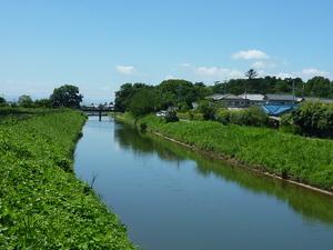 秋篠川は、奈良市内の大渕池を源流に大和郡山市へと流れ、佐保川に合流します。 地図上で秋篠川をよく